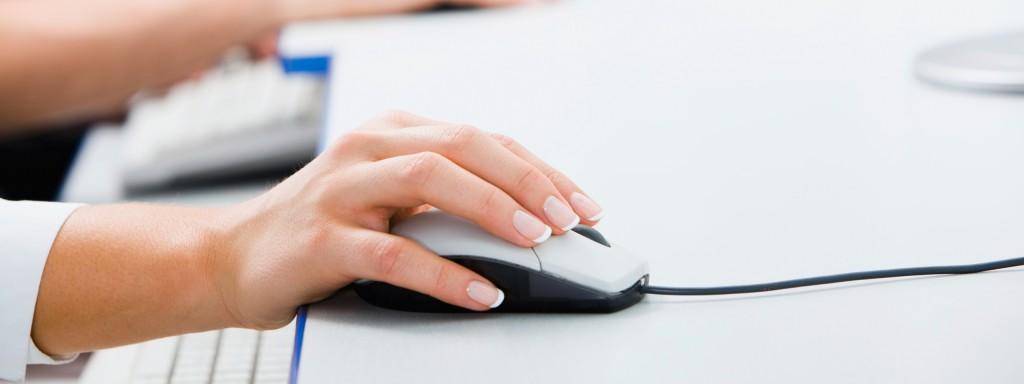 Mano sobre ratón de ordenador
